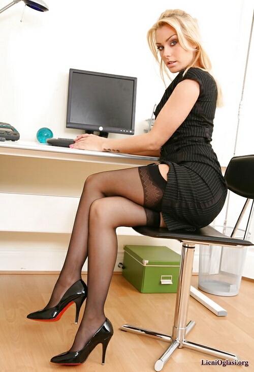 быстрый в чулках в офисе
